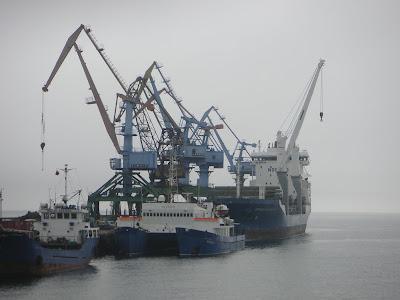 巨大コンテナ船とクレーン群