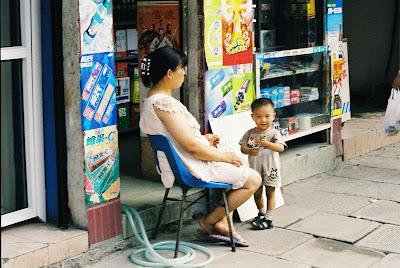 商店の前の子ども