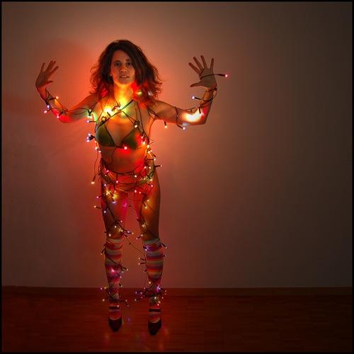 mujer con luces de navidad