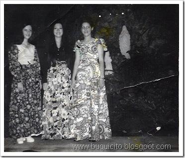 foto lourdes caceres rosario sang y carmen maria de pena en la gruta colegio inmaculada concepcion