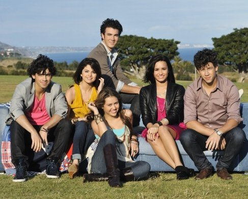 Nueva Canción Jonas, Selena, Miley y Demi 2010 Jonas-brothers-send-it-on-premiere-18