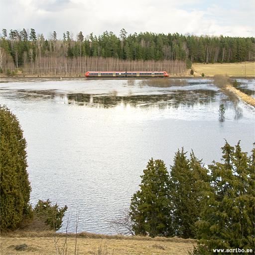 Fyrisån översvämmad vid Vattholmaåsen. tåg i bakgrunden