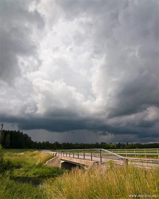 Bro över fyrisån i Vattholma med regnmoln