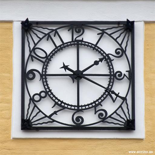 Den vackra klockan sitter på Sverkerskolans gymnastiksal, uppförd 1923