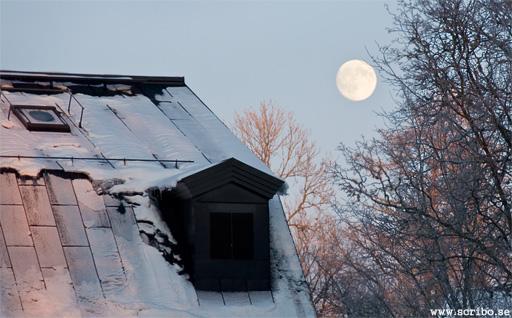 Rosa sken över Ulva kvarn med månen i bakgrunden