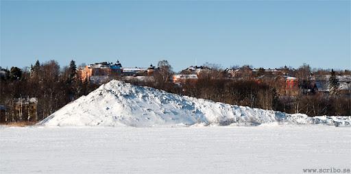 bild på snöhögen på Kungsängen från öster, februari