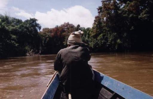 Pak Sandi sebagai Taken sedang istirahat di ujung perahu,
