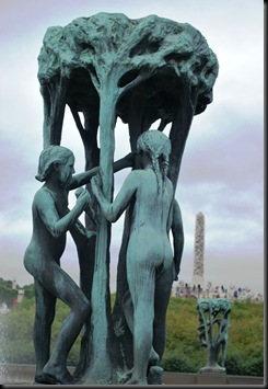 117 - OsloBG - Mini Tour - Vigeland Park - Girls and monolite