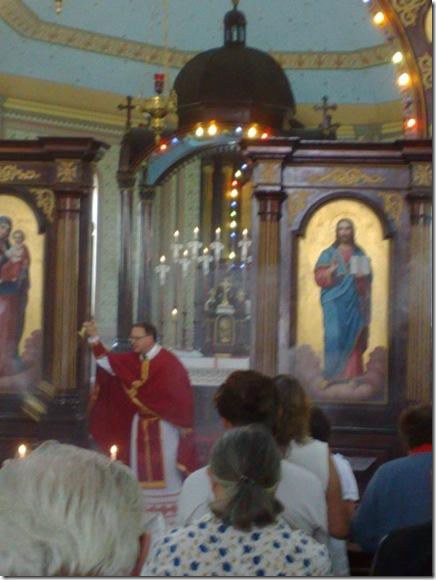 05. Celebrante incensa os fiéis antes da Liturgia