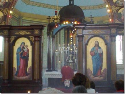 06. Celebrante beija o altar antes de iniciar a Liturgia
