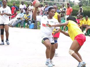 – l'Equipe Handball dames de la RDC pendant une séance d'entrainement.