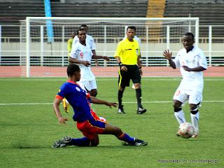 – En avant plan, un défenseur de l'équipe olympique de la RDC, en action devant le ballon en face d'arbitre et les joueurs de l'équipe olympique du Bourkina Fasso, ce 09/04/2011 à Kinshasa, au stade des martyrs.