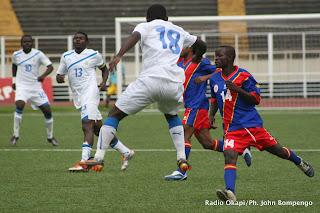 – En blanc, des joueurs gabonais en action avec des joueurs congolais (en bleu rouge), ce 30/04/2011 au stade des martyrs de Kinshasa, lors des éliminatoires des jeux africains Maputo 2011 (RDC 1 - Gabon 0).