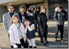 La famille kurde à sa sortie de la préfecture ce matin. Photo Joël Le Gall