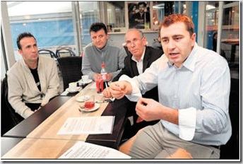 Visar Qusaj, président de l'Association culturelle albanaise de Nyon (à dr.), lance la charge contre la décision du Conseil fédéral. Photo  24 Heures.
