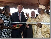 Le ministre français de l'Immigration, Brice Hortefeux (g), avec le commissaire européen chargé du Développement Louis Michel (c), et le président malien Amadou Toumani Touré (d), lors de l'inauguration à Bamako du Centre d'information et de gestion de l'immigration, en octobre 2008. (Photo Lamine / AFP)