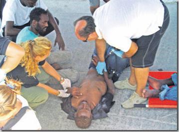 La Croix-Rouge italienne apporte les premiers secours à l'un des cinq Erythréens ayant survécu au périple. AFP