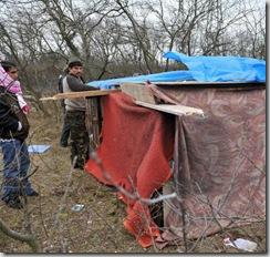 Clandestins. La tension monte dans la «jungle» de Calais. La «jungle» ? Un campement de tôles et de bâches dans un bois de la zone industrielle de Calais. Photo AFP