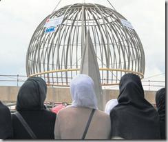 SPECTACULAIRE Plusieurs centaines de musulmans d'Alsace ont assisté hier à l'installation de la coupole haute de 20 mètres sur la future grande mosquée de Strasbourg. La salle de prière devrait accueillir 1500 fidèles dès l'automne prochain. STRASBOURG, LE 27 NOVEMBRE 2009 / AFP