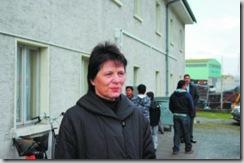 La conseillère d'Etat Esther Waeber devant la nouvelle maison destinée aux familles de requérants d'asile, à Steg. NF
