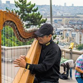 Harp player by Vibeke Friis - People Musicians & Entertainers ( harp, musicians, paris, montmarte )