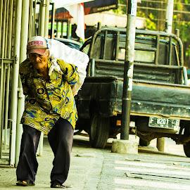 A hard struggle for life... by Fuad Arief - People Street & Candids ( bogor, indonesia, west java, old man, hard life,  )