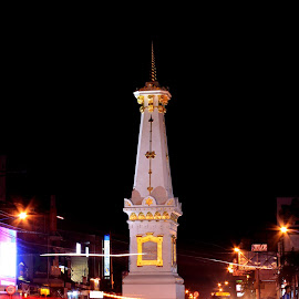 Busy Night at Tugu Jogja by Febrian Dwinanto - Buildings & Architecture Statues & Monuments