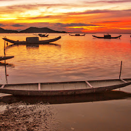 The boats by Trang Nguyen - Landscapes Sunsets & Sunrises ( nature, boats, lake, places, travel, landscape )