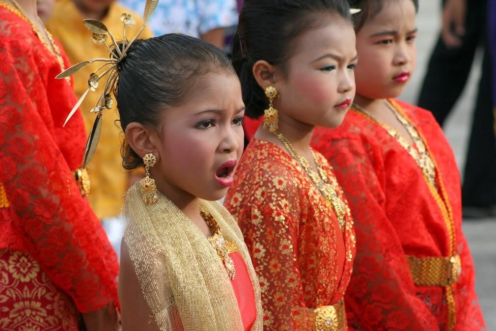 Девочка зевает, готовясь к выступлению на празднике