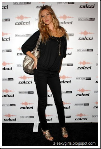 Gisele Bundchen in absolutely wonderful, strappy heels with matching bag. This might actually be the greatest look ever... or it could just be Gisele