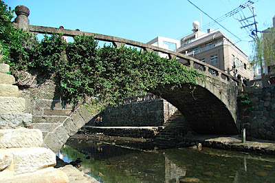 Extranjero en el puente gafas de Nagasaki 眼鏡橋にいた外国人 Foreigner at Spectacle Bridge in Nagasaki
