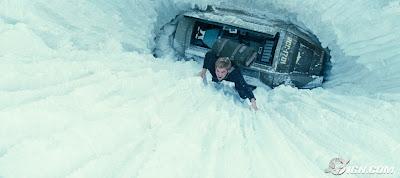 Jovem Kirk escalando muralha de gelo. Filme novo Jornada nas estrelas 2009