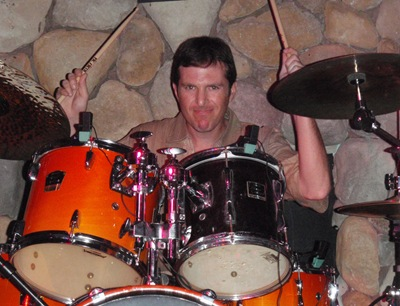 O Fred a partir tudo e a desejar ter uma bateria à altura do seu talento... tadinho, com uma bateria de brincar!