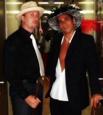 Fede e eu, vestidos de chulos. Adoro o chapéu de penas e plumas! Eles dizia que parecia um pirata gay! Eu forneci as bengalas... emprestadas da enfermaria!