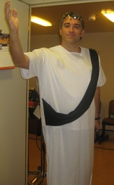 Aris tem o nome do Deus Grego da Guerra, mas aqui vai disfarçado de romano. Estas são as figuras que fazemos depois de fechadas as portas da enfermaria...