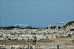 Knidos Ege denizi ile Akdeniz in kavuştuğu yerde kurulduğunan sürekli geçen tekneler ve gemiler görülebiliyor.