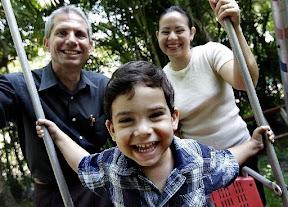 Miguel Jiménez junto a su esposa e hijo.