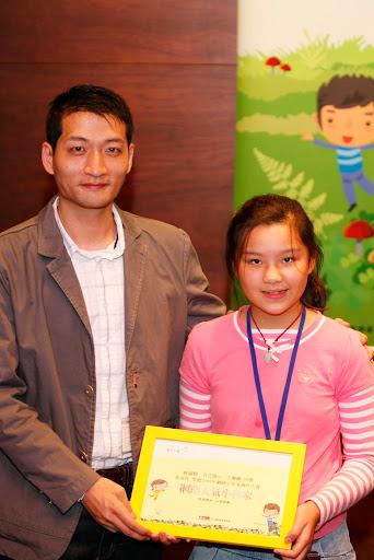 Yam天空公關主任 葉志昱 頒獎給優選的小朋友