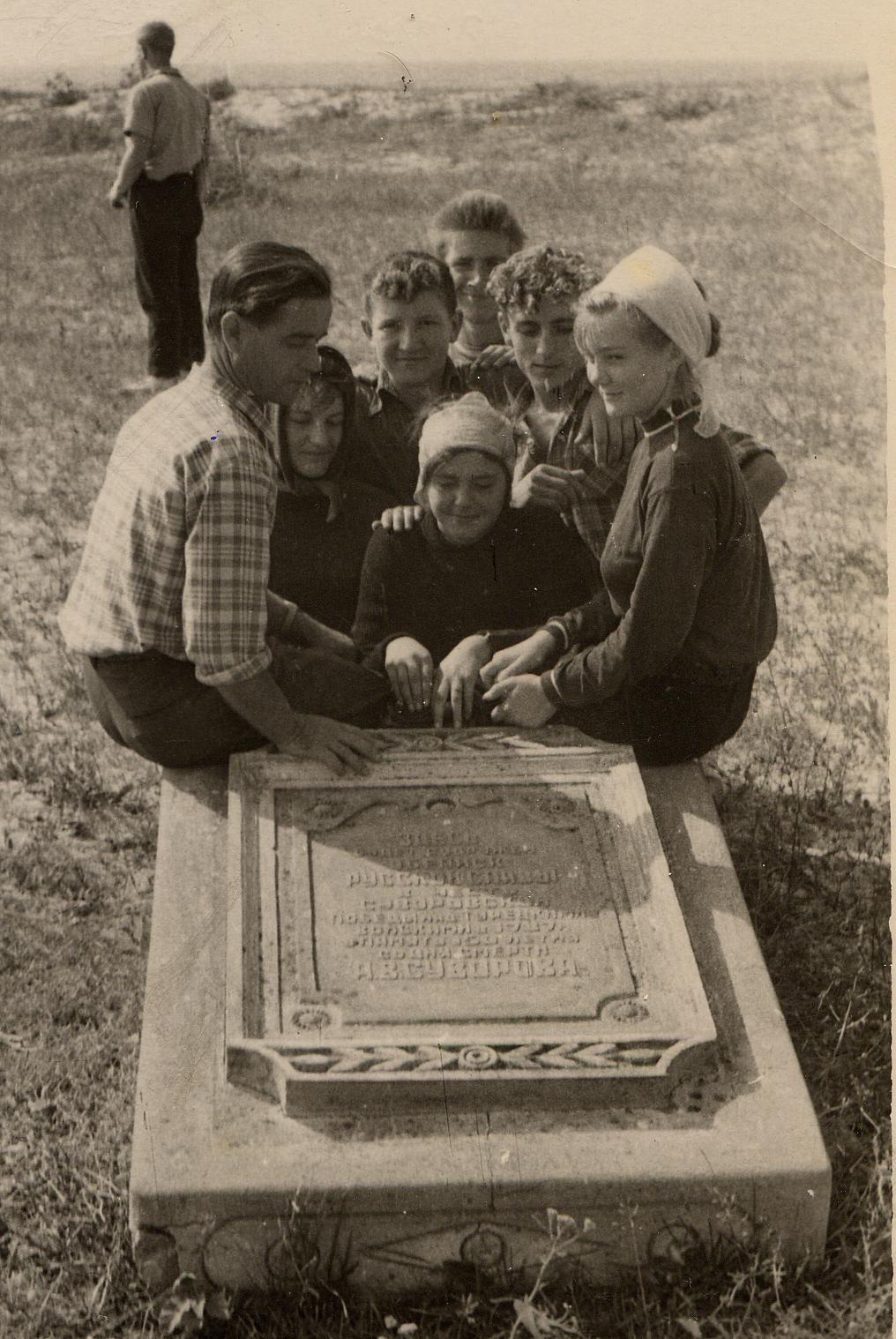У плиты: Пономарь В.К., Пономарь Л.В. и ученики школы-интерант.