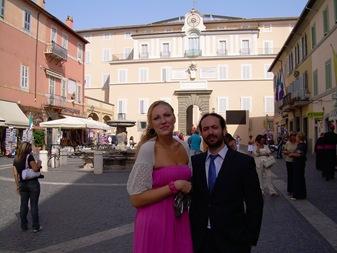 Linda y yo, al fondo la residencia de verano del Papa