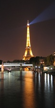 Eiffel_tower_and_the_seine_at_night