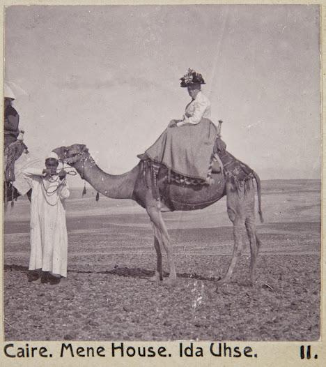 Ida Uhse på kamel. Vid resan till Egypten var hon 56 år gammal.