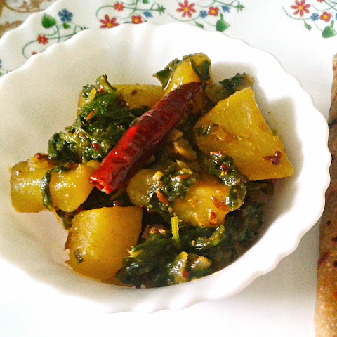 Saag Aloo Recipe – Spicy and Dry Indian Curry of Potatoes and Spinach