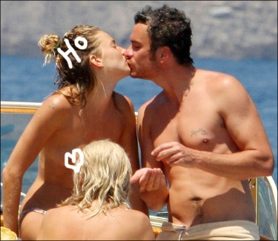 Picture of sienna miller and Balthazar Getty kissing on a boat in Italy