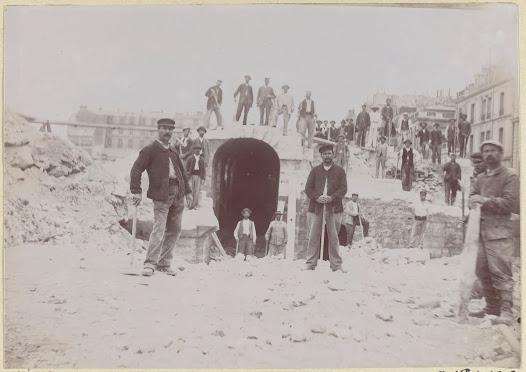 La Compagnie des chemins de fer d'Orléans avait acquis les terrains où se dressaient les ruines de l'ancienne Cour des comptes incendiée lors de la Commune de 1871.