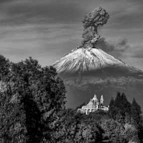 Popocatepetl, smoking very hard by Cristobal Garciaferro Rubio - Black & White Landscapes