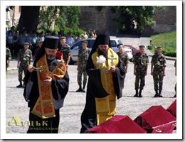 Єпископ КП Михаїл і єпископ УГКЦ Йосафат моляться за упокоєння православних душ. Перший кропить кропилом, інший махає кадилом. Це називається