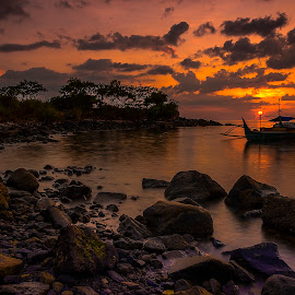 Catch the sun by Jee Cornelius - Landscapes Sunsets & Sunrises ( clouds, sky, afternoon, sunset, boats, rock,  )
