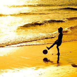 Jugando en la playa by Eduardo Menendez Mejia - Babies & Children Children Candids ( nikkor 55-200, españa, jugar, candid, eduardo, menendez, niño, spain, zahara, zahara de los atunes, nikon, boy, fútbol, d5100, soccer )