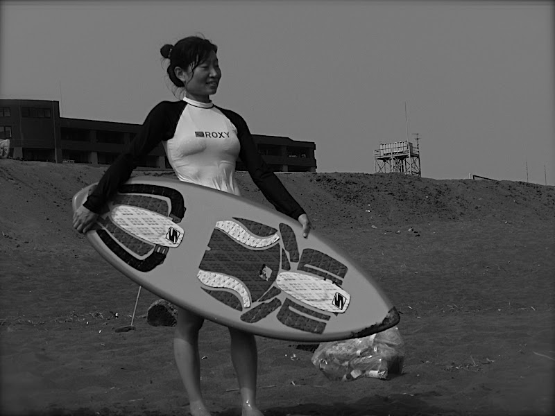 Aya in black & white looking for a good wave